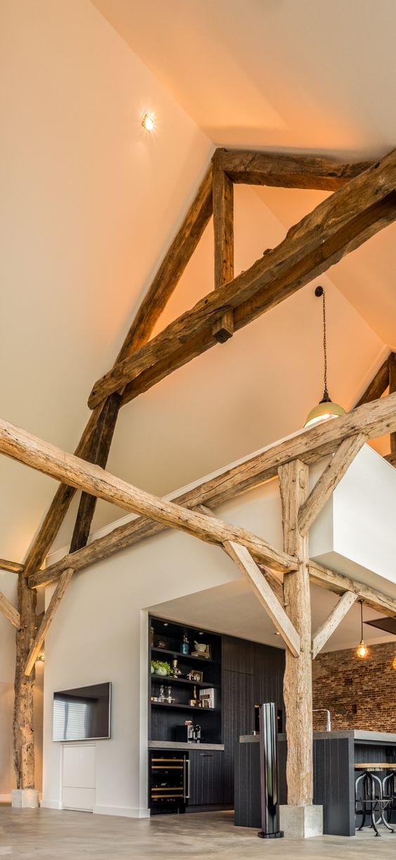 Het plafond van de woonkamer, en ook de houten spanten, zijn bijna 8m hoog en gevel veel sfeer aan de boerderij.