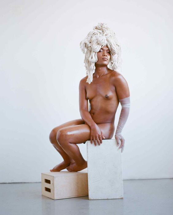 Emani Castillo, @concept_hoe, es performer y activista. Peluquería de @evaniefrausto y maquillaje de @laramiemakeup