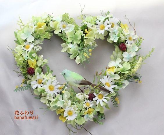 マーガレットや可愛い小花、ラズベリー、明るい若草色のあじさい・・たくさんの花達を使ったハートリースです♪グリーンがたくさんで明るいリースですのでこれから初夏に...|ハンドメイド、手作り、手仕事品の通販・販売・購入ならCreema。