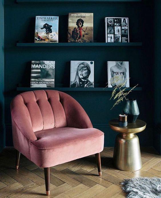 woonkamer roze fauteuil zwarte muur