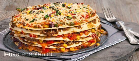 Super leuk Mexicaans recept van tortilla, groenten en gehakt opgestapeld tot een…