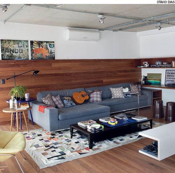 Posicionado atrás do sofá, o painel de cumaru deixou a sala mais gostosa. As réguas no sentido horizontal valorizam o espaço. Projeto da arquiteta Andrea Reis.