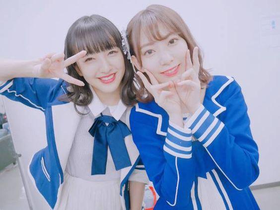 ピースをする田島芽瑠と宮脇咲良