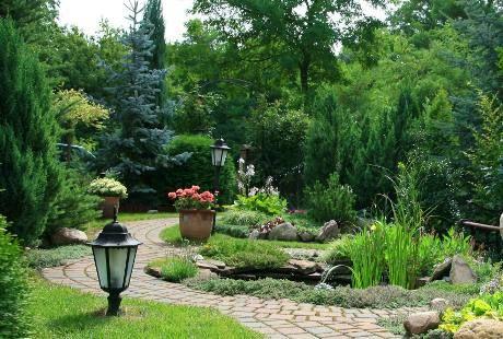 Zanimljiva dvorišta: vrt okružen četinarima i zaštićen od pogleda