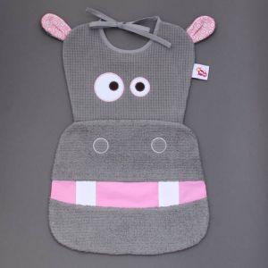 Maxi bavoir Hippo - LaBavette. Aussi pratique que joli, ce malicieux bavoir protégera les vêtements des enfants à partir de 6 mois. Motif hippopotame. Très pratique, très protecteur. Il descend sur les genoux ou peut se glisser sous l'assiette pour une protection optimale. Finitions soignées Vendu dans une boîte, un cadeau idéal, original, beau et si utile !  http://www.lilooka.com/fr/bavoir-labavette/1100-maxi-bavoir-hippo-labavette.html