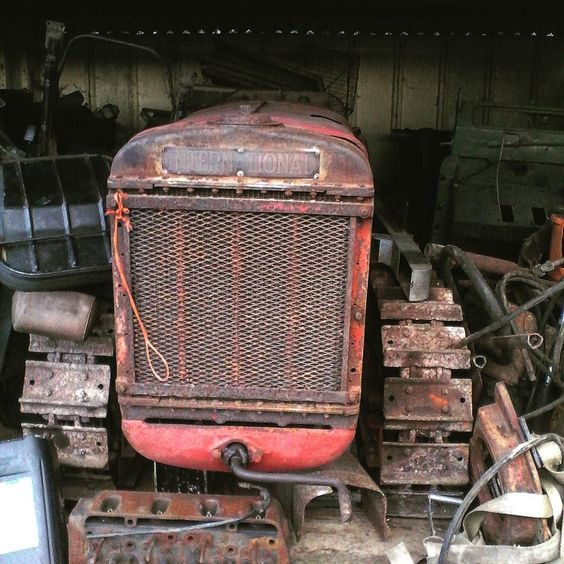 A far future project #internationaltractor #international #tractorporn #internationalharvester #t20crawler #crawlertractor #trackedtractor #classic #classictractor #vintagetractor #vintage #barnfind #hedgerow by tractor.paul