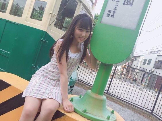 バス停に座る矢吹奈子