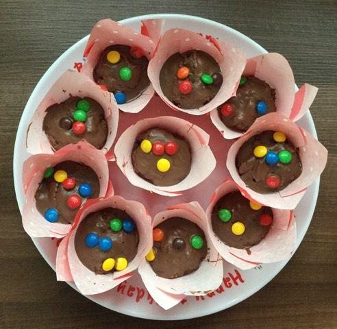 SChokoladenmuffins mit M&M Glasur -toller Hingucker bei Kindergeburtstagenhttp://www.family-cookies.de/2015/04/super-lockere-nutella-schokoladenmuffins-mit-mms-nicht-nur-fuer-kindergeburtstage/