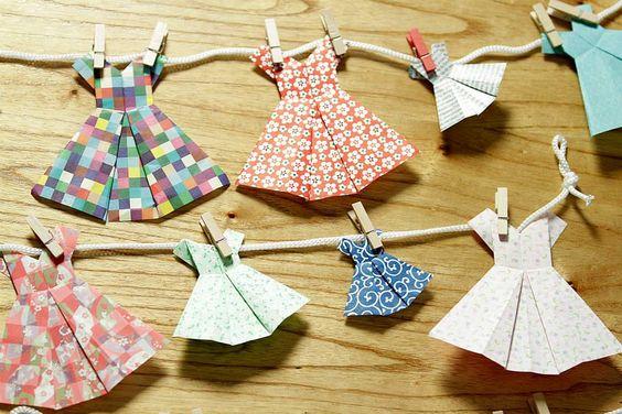 Origami significa papel plegado en japonés. Es una técnica milenaria que se usaba en ceremonia religiosas. Hay muchos modelos distintos como los famosos kotori o grullas, las flores y las mariposas, que fueron las primeras en crearse. Hoy te vamos a enseñar a hacer unos vestidos divinos para decorar el cuarto d