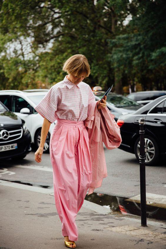 Vika Gazinskaya o los mil y un matices del rosa en las calles de París.