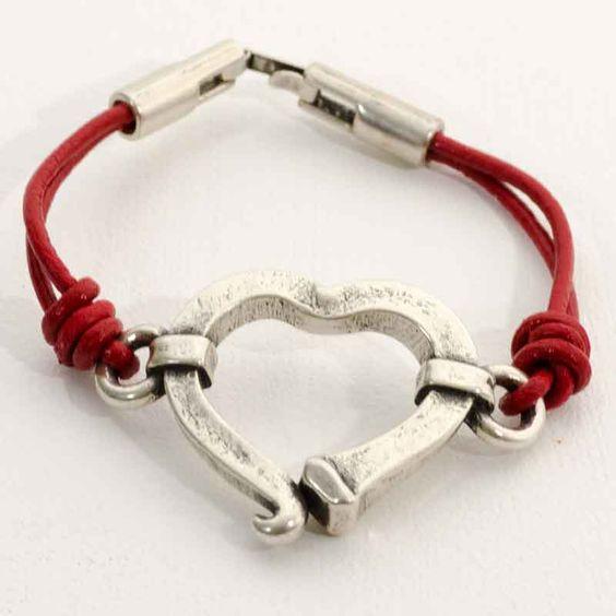 Pulsera con cordón de cuero en color rojo y abalorio zamak bañado en plata. PRECIO: 9 €