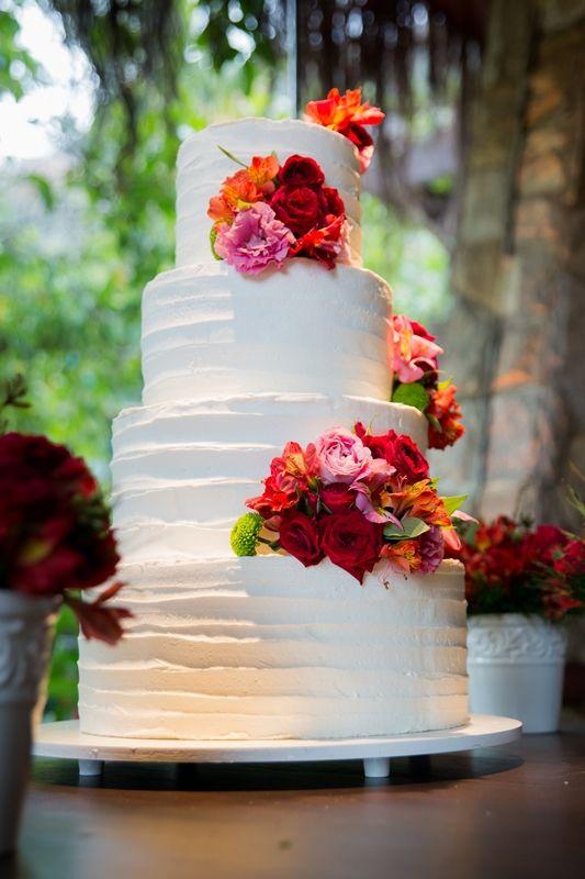 Casamento rustico - bolo branco flor colorida