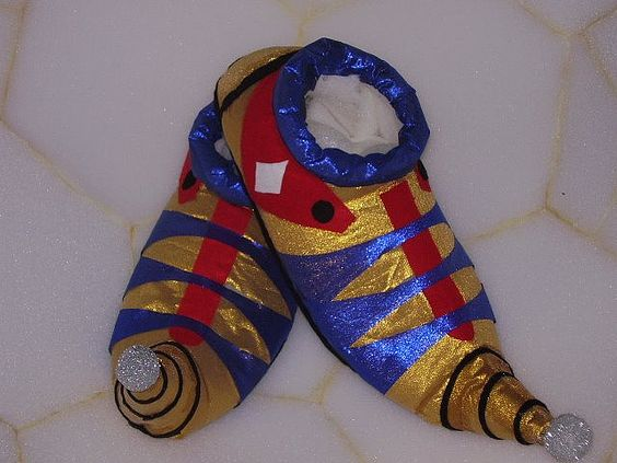 Sapato de palhaço confeccionado pelo artista Marcondes Edson para a proposição PASSEIOS POUCO LÍRICOS,dentro do projeto MOVIMENTOS IMPROVÁVE...
