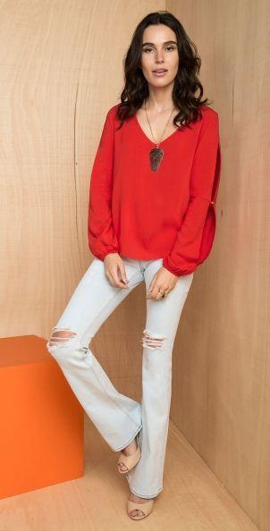 blusa manga longa com aberturas estilo cigana e calca jeans flare rasgada