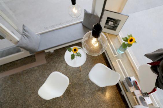 Pflanzen werten jeden Ort auf und machen ihn einzigartig. Auch ein großes Atelier. Modern und gradlinig eingerichtet. Der perfekte Ort um zu arbeiten, kreativ zu werden und Neues zu erschaffen. Eine Kombination aus Atelier und Showroom.
