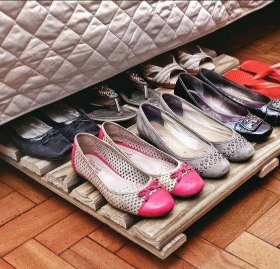 Organize sem Frescuras | Rafaela Oliveira » Arquivos » Ideias simples e criativas de organizar sapatos. Tábua de madeira ou pallets + rodinhas, vira um organizador de sapatos bem bolado para aproveitar o espaço debaixo da cama.: