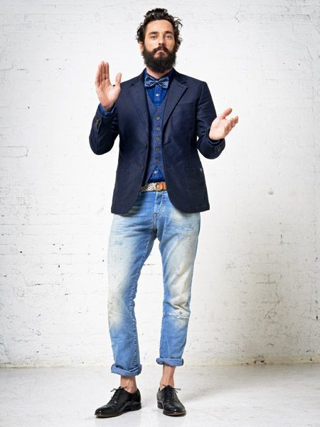 Den Look kaufen: https://lookastic.de/herrenmode/wie-kombinieren/sakko-weste-jeanshemd-jeans-oxford-schuhe-fliege-guertel/13169 — Blaue gepunktete Fliege — Blaues Jeanshemd — Dunkelblaue Weste — Dunkelblaues Wollsakko — Hellbeige Segeltuchgürtel — Hellblaue Jeans mit Destroyed-Effekten — Schwarze Leder Oxford Schuhe