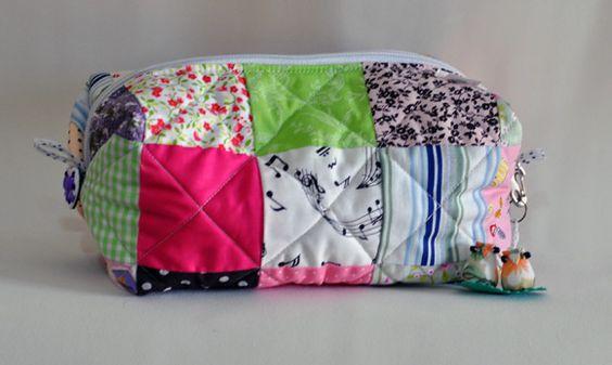 Necessaire com bloquinhos coloridos. www.elo7.com.br/lilipontoaponto