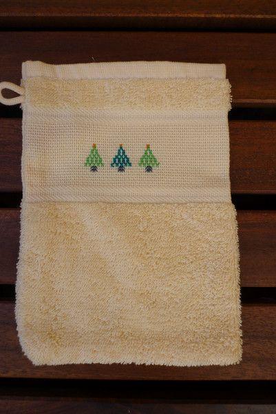 Waschhandschuh bestickt mit Tannenbäumen von marland auf DaWanda.com
