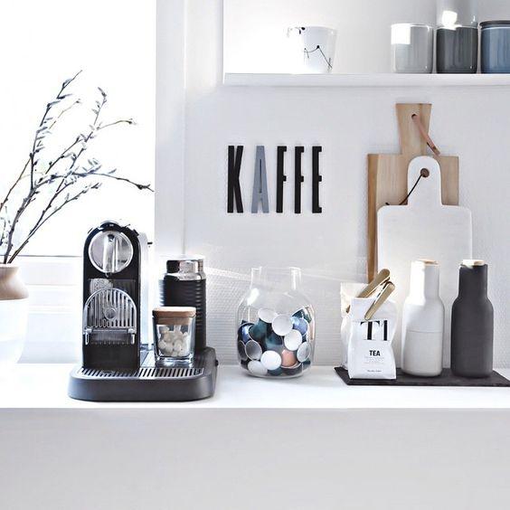 Gemütliche Kaffee-Ecke mit Kaffeemaschine, Kaffeekapseln sowie weiterem Küchenzubehör.  Ein guter #Kaffee am Morgen vertreibt Kummer und Sorgen.