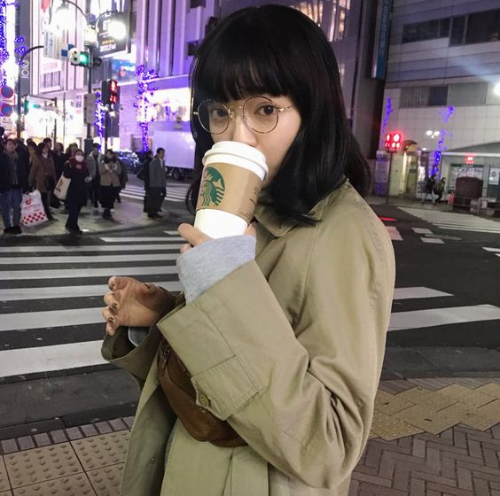 スタバを飲む田中芽衣