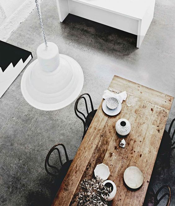 Combinatie vloer, (oud) houten tafel en wit keukenmeubel