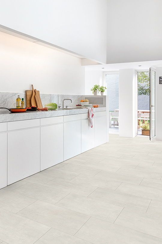 This Trendy Kitchen Full Of Light Gets The Perfect Finishing Touch Thanks To This Amazi Kitchen Flooring Vinyl Flooring Kitchen Galley Kitchen Design