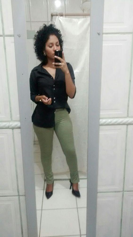 Calça verde camiseta preta camisa social feminina scarpin sapato preto cachos cabelo black