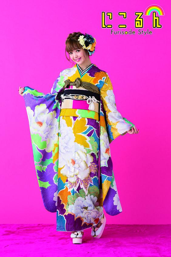 大きな花柄の振袖を着ている藤田ニコル