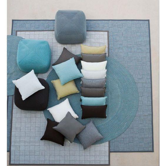 Esta alfombra exterior está diseñada para drenar el agua de la lluvia en pequeñas cantidades. Se encuentra en dos tamaños y dos colores diferentes. Su diseño es moderno y sencillo.