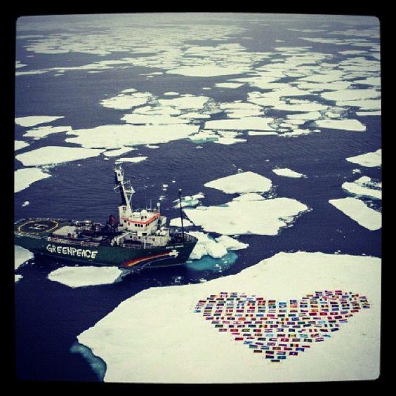 Greenpeace construye corazón con las banderas de los 139 #países miembros de las #NacionesUnidas sobre un tempano de #hielo, simbolizando un #llamado a la acción #global para proteger el #Círculo #Polar #Ártico #InstagramMILENIO Foto: AFP