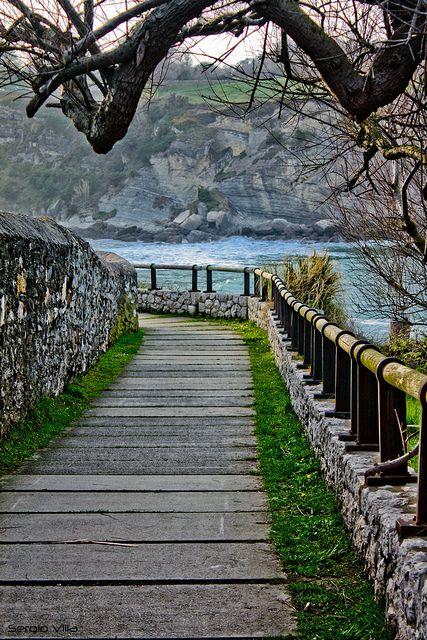 Camino de Mataleñas #Santander #Cantabria #Spain SANTANDER: Se alquila casa villa chalet para fijo o larga temporada nuevo y equipado a 1 km. de playas (Parque Natural de las Dunas de Liencres) y a 8 de SANTANDER. 4 hab. 3 baños, jardín privado vallado con terraza cubierta. Chalet independiente en urbanización privada cerrada con piscina comunitaria. Precio según fechas. VER: http:// chaletsantander.galeon.com E-mail. jmcabeza@telefonica.net Tfnos.: 942344836 -- 676750777