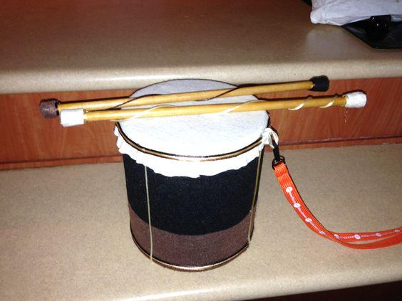 Instrumento hecho con un recipiente de galletas
