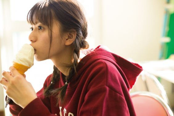 アイスクリームを食べる齋藤飛鳥