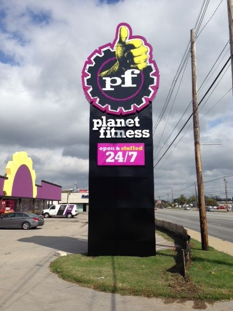 Planet Fitness Pylon Located At 5138 Dixie Hwy In Louisville Ky Planetfitness Businesssigns Fitnesscentersl Planet Fitness Workout Sign Company Pylon Sign