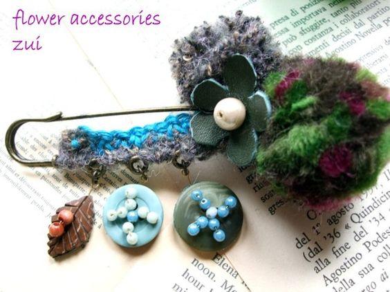 毛糸で作った2種のボンボン、レザーのお花、ビーズを付けたボタンの飾りが揺れるストール留めです。コートやセーターの襟元、ニットキャップのサイドに付けると可愛いで...|ハンドメイド、手作り、手仕事品の通販・販売・購入ならCreema。