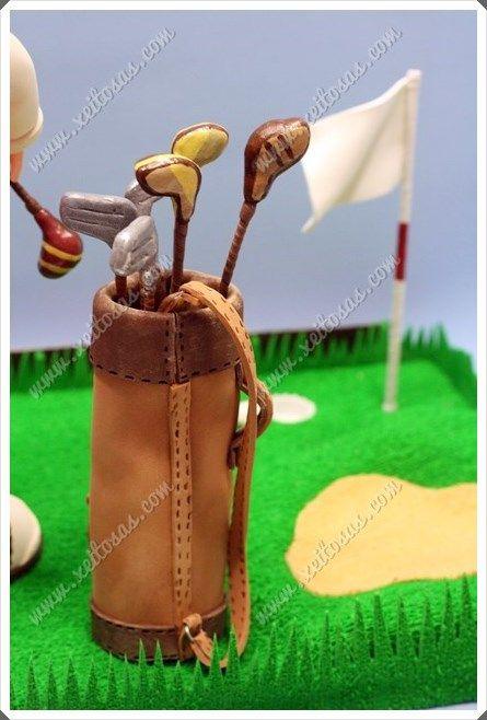 Fofucho golfista con la ropa clásica, trofeo para el perdedor del torneo. Con chaleco reflectante, calcetines pintados a mano, gorra, zapatos y por supuesto su bolsa con los palos de golf. Todo hecho en goma eva, y en una peana acorde a la temática.   Todas mis muñecas están registradas y está prohibida su copia.   www.xeitosas.com