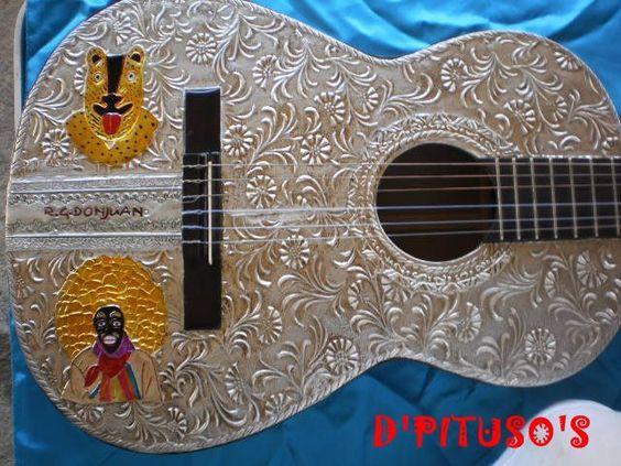 Guitarra forrada en aluminion con diseno de danza de Tlacololeros en repujado (Isaias Gaspar)