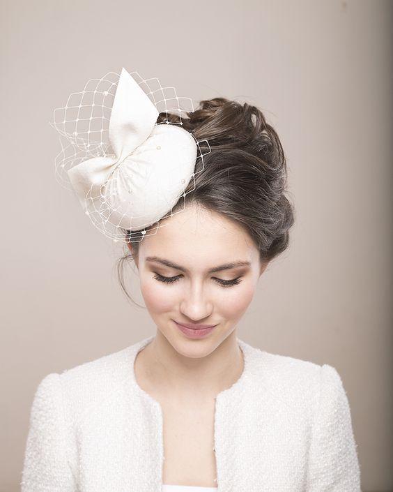 Minimalistisches Design dieser Wolle Hut macht es vielseitiges Accessoire für zeitgenössische Braut oder irgendein formales Veranstaltung.   Der Hut ist mit hochwertigen Velours-Wolle in...