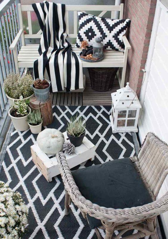 Outdoor-Teppich, Kissen und Kuscheldecke in schwarz und weiß