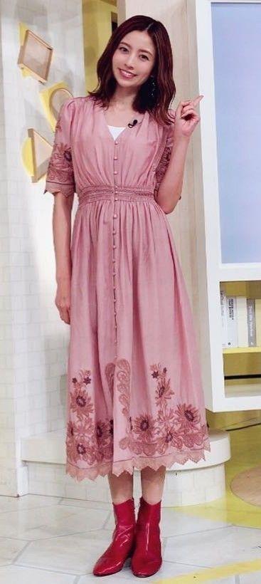 ピンクの花柄のワンピースを着て赤い靴を履いた片瀬那奈の画像