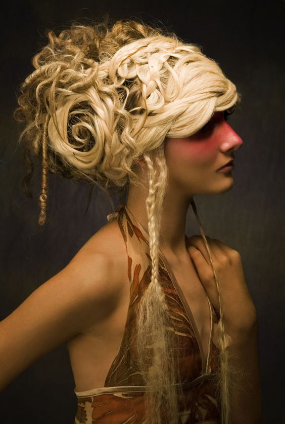 I freaking want this hair.   She has a rose in it !! D:< !!