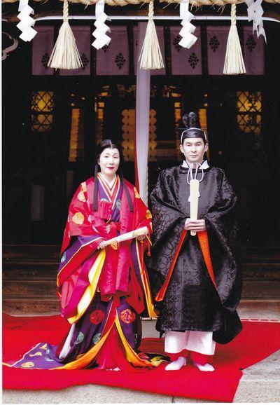 Двойка, облечена в хейански роби за сватбата им.