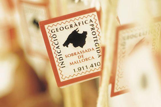 Existen dos tipos de etiquetas: la que identifica la sobrasada de Mallorca y la que protege la sobrasada de Mallorca de cerdo negro.