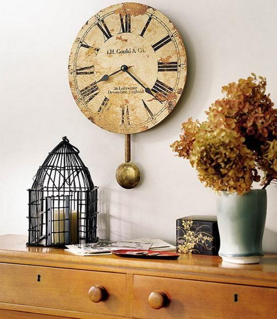 Relógio gigante vintage decora o aparador da sala
