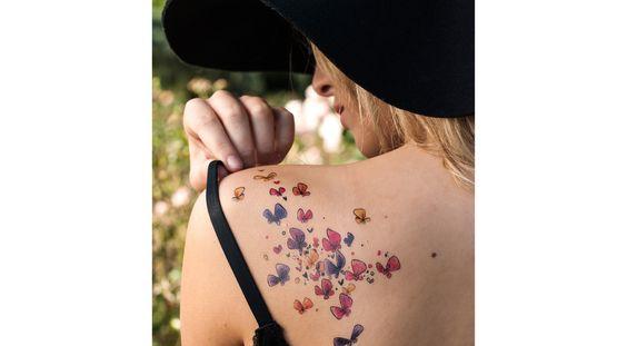 Apportez de l'originalité et de la couleur à votre tenue grâce à ces délicats tattoos aquarelle dessinés par Agnès Richoz avec des papillons multicouleur.