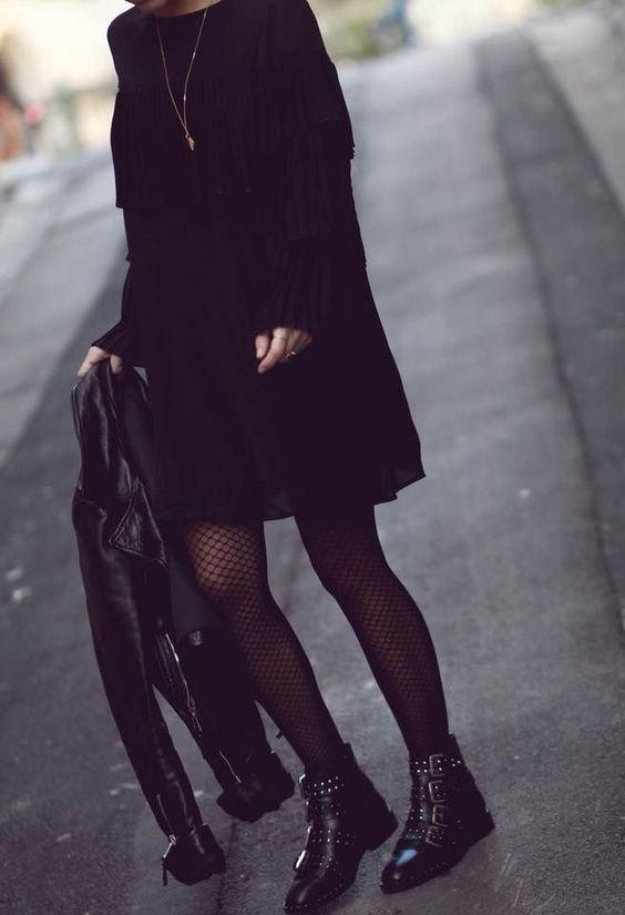 Adoro il look black out con fibbie e borchie accessoriare !!! #fashion #womenswear #women #winter #fall... #nero #quanto #tutto