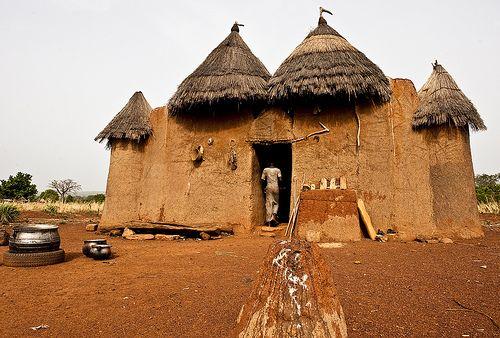 Les Tata Somba du Bénin   Les Tata somba sont un type d'habitation à étage du Nord du Bénin. « Somba » est un nom que les français de l'époque coloniale ont donné aux maisons des peuples Bétiabé, Bétammaribé et Bésorbé