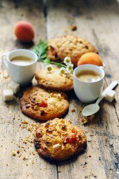 Dorian cuisine.com Mais pourquoi est-ce que je vous raconte ça... : Je me demande si mes cookies n'auraient pas tendance à grandir, grandir, grandir… Cookies abricot sec, chocolat blanc et amande… et grands les cookies !
