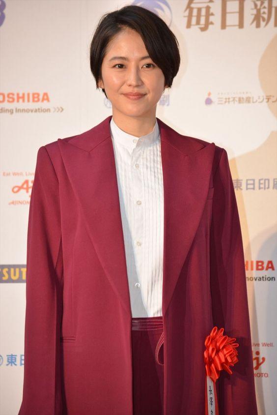 赤のジャケットが似合っている長澤まさみさん